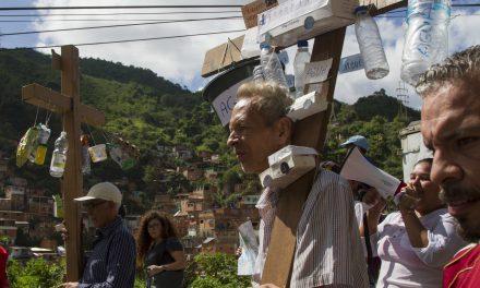 Procesión de las cruces recorrió parroquia La Vega en protesta pacífica ante la Emergencia Humanitaria que vive el país