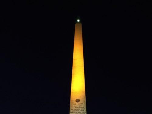 El obelisco de Altamira se iluminó nuevamente de naranja para exigir el cese de la violencia de género