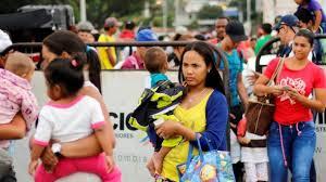 Impulsadas por el hambre y necesidades básicas, miles de personas cruzan de Venezuela a Colombia todos los días